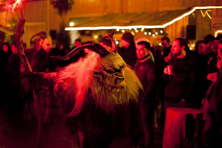 Der Tanz der Perchten auf der Türkenfelder Bergweihnacht (Foto: Veit Groß)