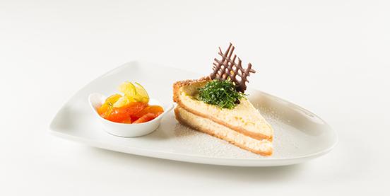 Das Dessert des Menüs ist ein Buffalo Cheesecake mit Zitrusfrüchte-Ragout und Minzstroh