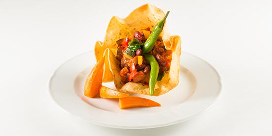 Als vegetarischer Hauptgang wird eine knusprige Tortilla-Blüte serviert.
