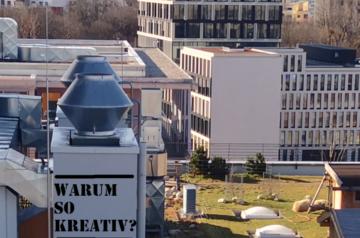 Häuser in München mit künstlicher Beschriftung wie auf dem REmote Event, welches wir Firmen anbieten in München. Auch ein Homeoffice Incentive ist möglich.